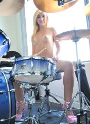 Jayde drumming her pussy