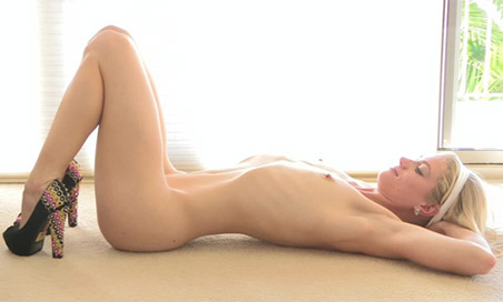 Bella blonde yoga hottie